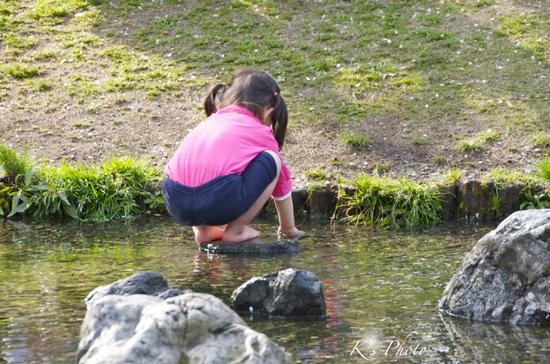 川と子ども.jpg